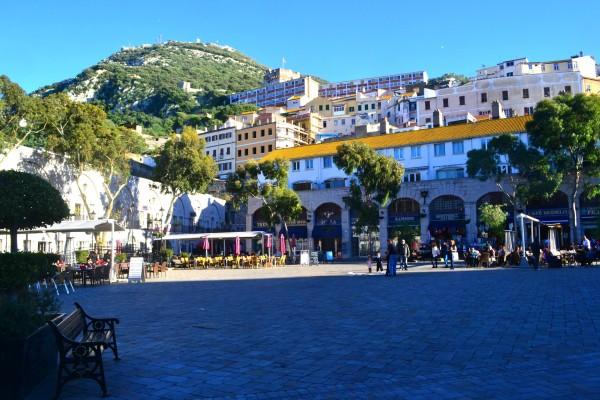 Plazas en la pequeña ciudad de Gibraltar