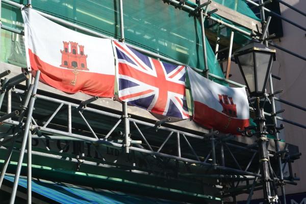Las banderas de Gibraltar y del Reino Unido, hermanadas.