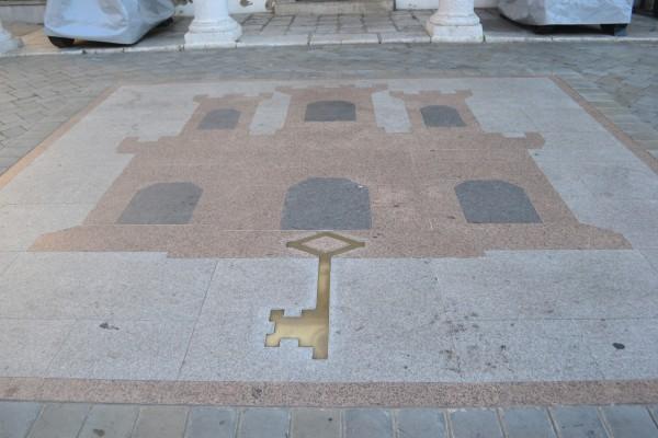 El escudo de Gibraltar también en las aceras de la capital