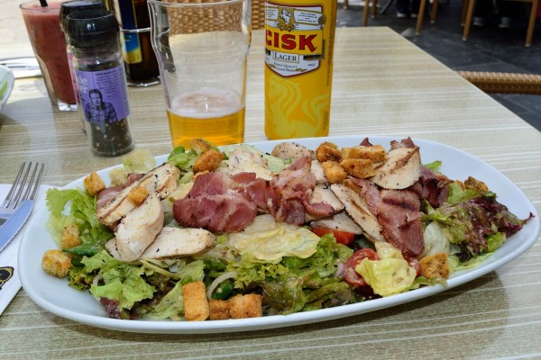 Ensalada Maltesa, con una cerveza local, la Cisk Lager