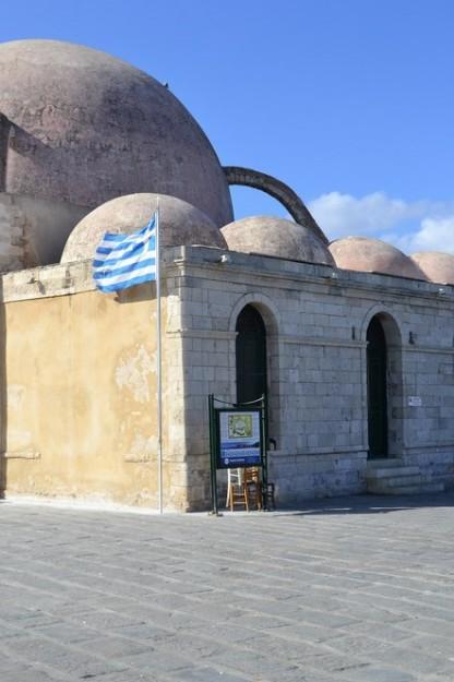 La mezquita turca Yiali Tzami, dominando el puerto de Hania