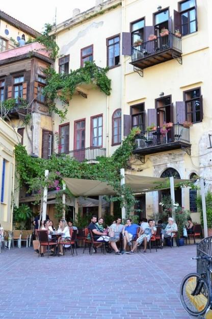 La gente disfruta del buen clima cretense en los restaurantes y bares de Hania