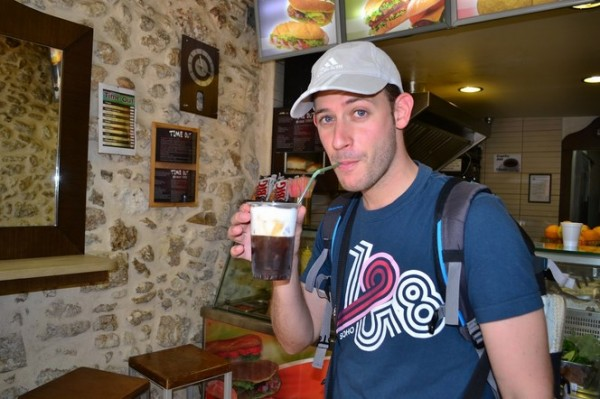 Tomando un café frappé, el vicio diario de todos los griegos