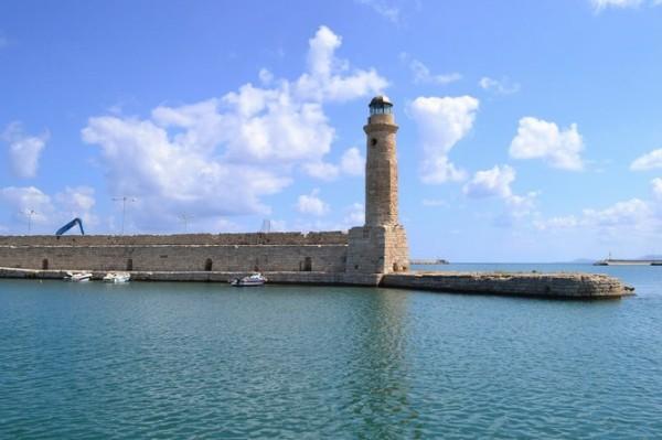 Faro en el puerto de Rethymno