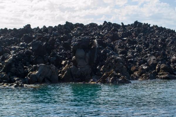 La isla de lava volcánica en el centro de la laguna