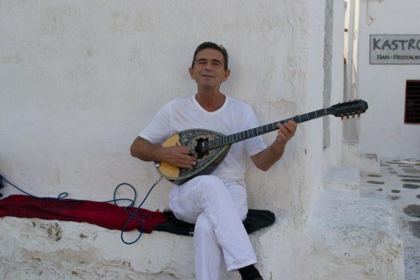 Músico tocando la canción de Zorba el Griego en su bouzouki