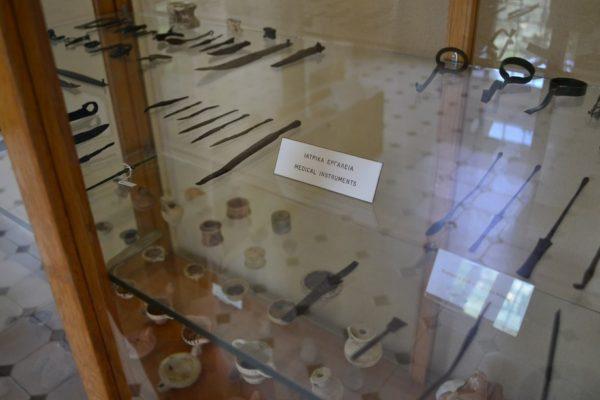 Antiguos instrumentos médicos en el museo de Epidauro