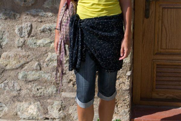 El pañuelo sobre las bermudas para tapar las piernas, como pedían en el monasterio (jeje)