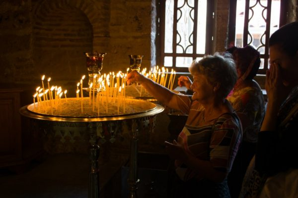 Fieles en las capillas del Gran Meteoro