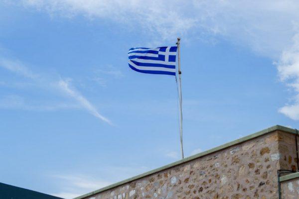 Bandera griega en Cabo Sunión