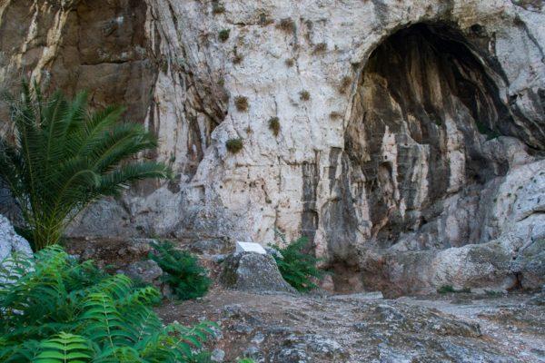 Cuevas en la ladera norte de la Acrópolis